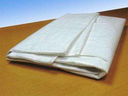Подойдут большие (на 50 л и более) мешки для сахара или уборки строительного мусора, полиэтиленовые применять можно, но они недостаточно прочны. Углы нужно срезать, чтобы образовались дренажные отверстия.