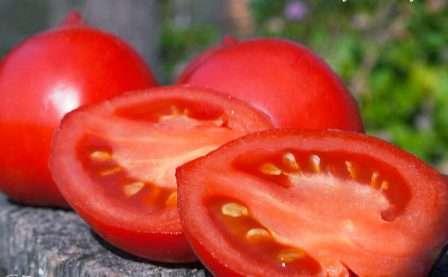 Средний вес одного помидора — 100 г (кроме Де Барао Гигант с весом от 150 до 350 г).