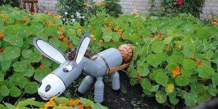 Не последнюю роль в уюте садового участка играют такие элементы, как скамейки, бордюры, подсветка, статуи и поделки.