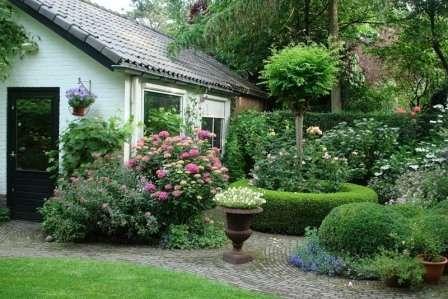 Английский — зелень, естественность, несимметричность. Присутствуют камни, водоемы, извилистые тропинки, неровности рельефа.