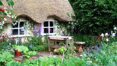 Деревенский стиль - простота и естественность. Обязательно: трава разной длины, хаотичное расположение растений, овощные грядки, простые деревянные постройки и мебель, колодец.