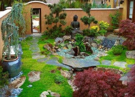 Китайский — гармония и умиротворение. Присутствуют: водоем, камни, водопады, деревянные мостики, статуи Будды, газоны из травы или мха, оранжевая подсветка и красные, синие или фиолетовые цветы.