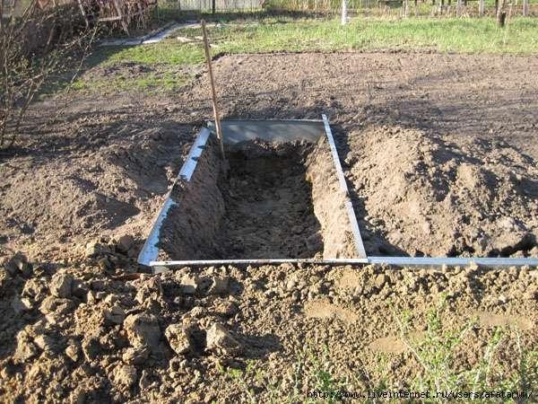 Сначала нужно прокопать траншею глубиной 40-60 см.