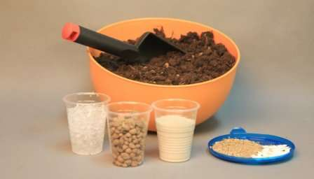 Ни в коем случае не стоит добавлять в почвосмесь для рассады компоненты, склонные к быстрому разложению.