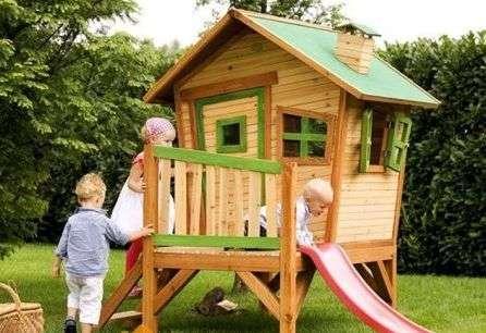 Детский деревянный домик тоже прекрасная идея для дачи или огорода.