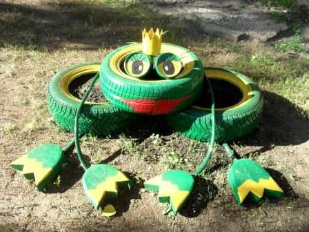 Эту зеленую красотку в саду сделать проще простого. Разложите три шины как на картинке.