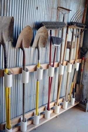 Садовые инструменты удобно хранить на такой специальной подставке, которую вы можете без труда создать своими руками, применяя лишь фрагменты пластиковых труб.