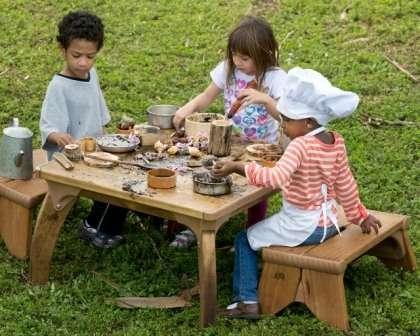 Мини-гарнитур для кухни, игрушечная посуда, песок, трава и вода — что еще нужно для вашей малышки?