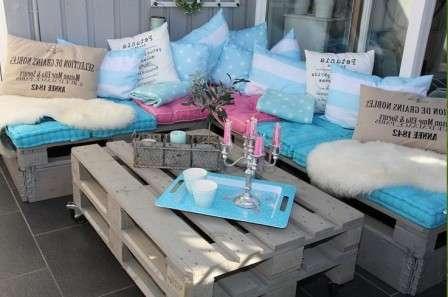 Например, можете сделать вот такую мебель из поддонов.