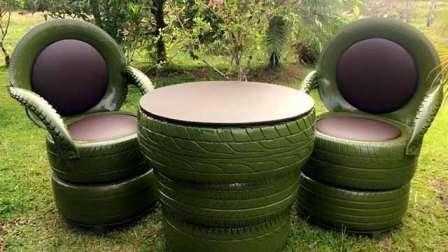 Некоторые народные умельцы даже смогли создать из покрышек садовую мебель.