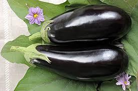Среднеспелый гибрид (105 дней), плоды которого, как видно на фото, имеют форму цилиндра, длину 18 см и естественный для этой культуры цвет.