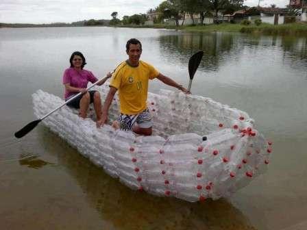 Создать лодку или плот из бутылок гораздо сложнее, но под силу многим.