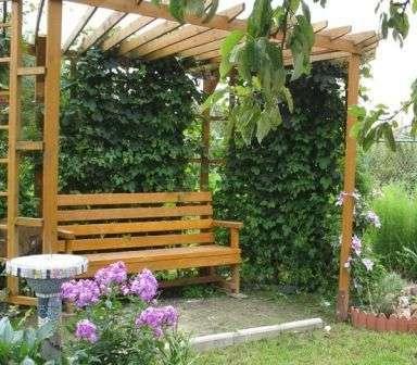 Как видно на фото, оформленный таким образом дворик будет выглядеть весьма романтично.