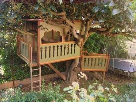 Сложность сооружения деревянного домика на дачном дереве состоит в том, что основные конструкции нужно сделать на земле, а затем поднять их наверх.