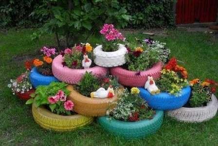 Очаровательные клумбы можно создать, покрасив шины в яркие краски и разложив на выбранном участке в один или несколько слоев.