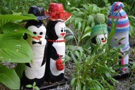 Разрисовав бутылки красками, можно получить великолепное семейство пингвинов (смотрите фото).