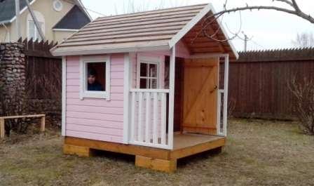 Не оставляйте детский домик на даче пустым -сделайте в нем лавочки, стульчики и столик.