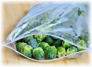 Достав из холодильника замороженные кочанчики брюссельской капусты, достаточно будет проварить их 3 минуты перед подачей на стол.