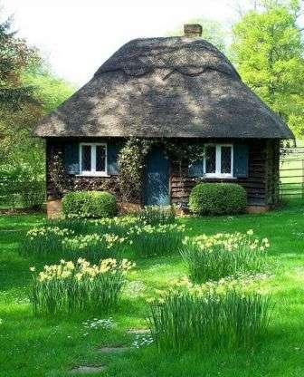 Загородный, или лесной, стиль — прекрасное решение для дачного участка вблизи леса.