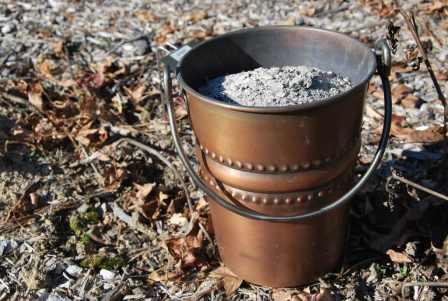 Зола ценна не только минеральным составом, но и способностью обеззараживать почву и защищать культуры от вредителей.