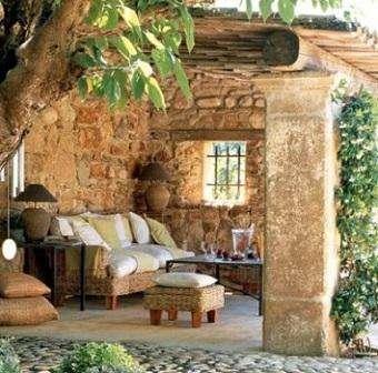 Возле дома — мощеная площадка из песчаника или старых кирпичей.