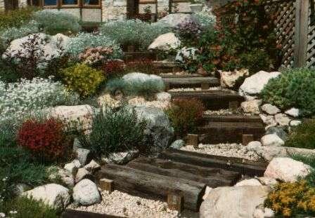Обязательные элементы: большие и маленькие камни и всевозможные композиции из них, водопады и ручьи, извилистые дорожки, террасы, площадки, ступени, мостики.