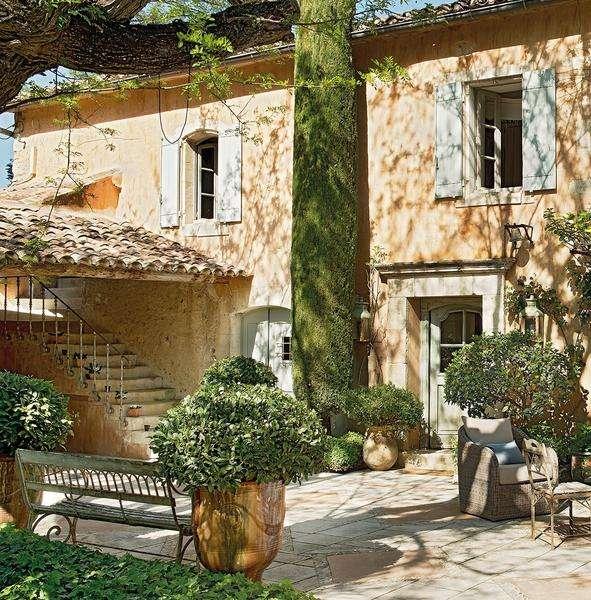 Для владельцев небольших солнечных дачных участков стоит задуматься над оформлением во французском стиле.