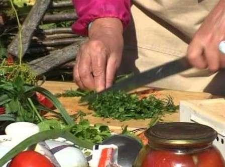 Перечисленные эффекты достигаются только при употреблении сельдерея в сыром виде. Лучше всего добавлять его в свежие салаты.