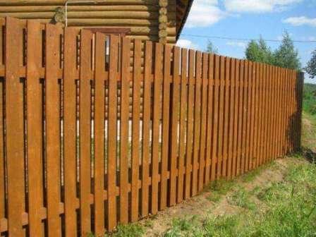 В последние годы популярность приобрели заборы для дачи из металлического штакетника. Это экономный и практичный способ огородить свой участок.