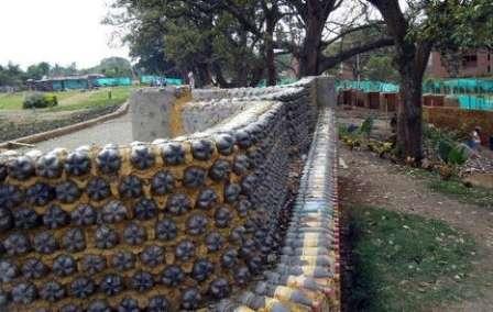Одним из самых доступных материалов для сооружения забора на даче являются пластиковые бутылки.