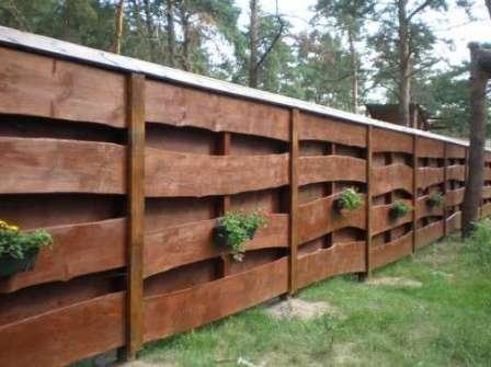 С деревом очень легко работать, поэтому даже любитель без проблем справиться с построением забора на даче.