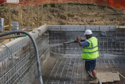 Строительство бассейна бетонного на даче: с чего начать работы и этапы строительства бассейна