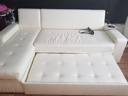 Как почистить диван из экокожи своими руками: безопасные средства и правила по уходу