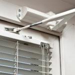 Дверной доводчик: применение и назначение