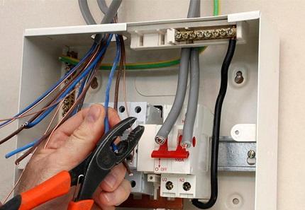 Какой способ самостоятельной разводки проводки выбрать для дома