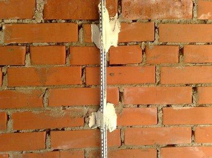 Маяки в штукатурной работе: разновидности и этапы монтажа маяков на стены