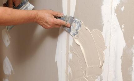 Шпатлевка для стен под обои: преимущества, рекомендации по выбору и особенности нанесения