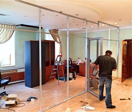 Способы и этапы монтажа стеклянной перегородки в квартире