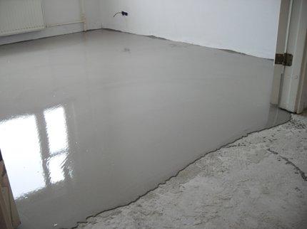 Укладка бетонной стяжки: способы, этапы и особенности работы