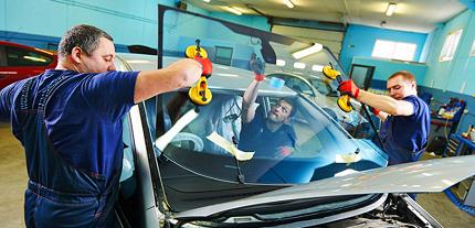 Технология замены лобового стекла на автомобиле: правила и порядок действий