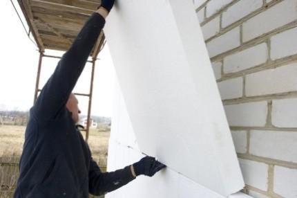 Утепление стен дома пенопластом: плюсы, минусы материала и технология работ