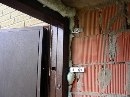 Утепление входной двери: способы, правила и советы