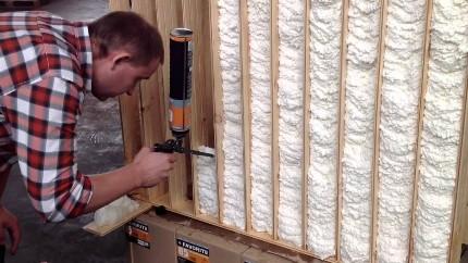 Утепление стен монтажной пеной: достоинства, недостатки и особенности нанесения