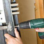 Ремонтируем замок на входной двери: способы и основные этапы