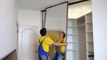 Замена зеркала в шкафу-купе: советы и этапы